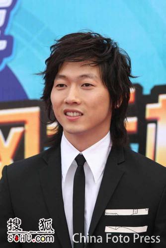 图文:韩国歌手张佑赫超酷亮相 引发歌迷疯狂