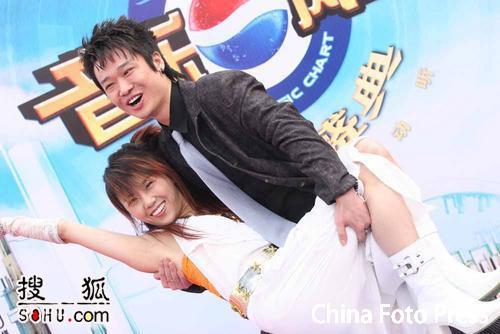 图文:李延亮熊抱王蓉甜蜜亮相 王蓉险些走光