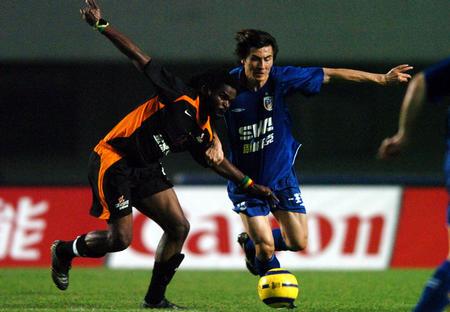 图文:深圳金威1-0上海申花 李玮峰拼抢激烈