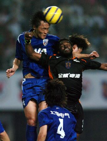 图文:深圳金威1-0上海申花 杜威比赛中争顶
