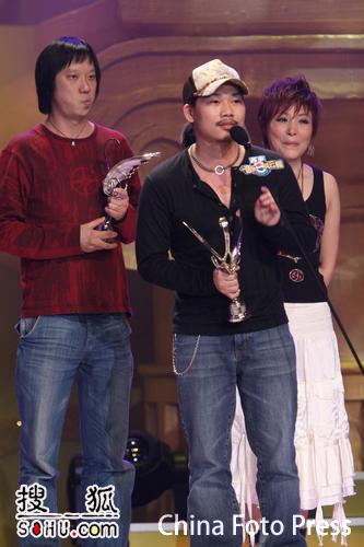 图文:方文山上台接受颁奖 嘉宾背后做鬼脸搞笑