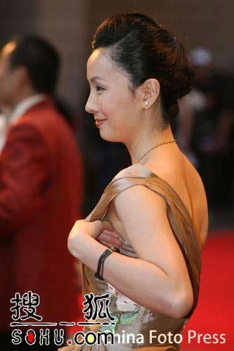 香港国际电影节开幕 陶虹险走光忙拉礼服(图)