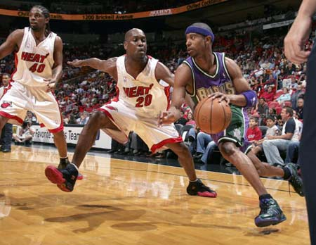 NBA图:热火大胜雄鹿 T.J.福特与加里-佩顿对抗