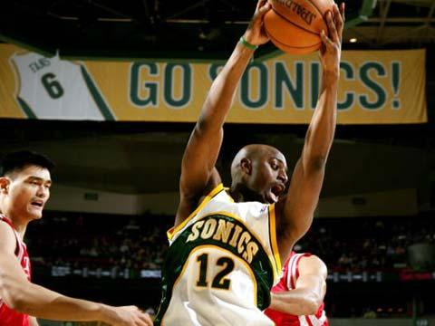 NBA图:超音速VS火箭 戴米恩-威尔金斯拼抢篮板