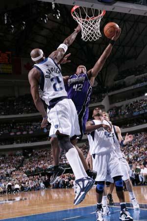 NBA图:小牛完胜国王 维尔士在丹皮尔防守下投篮