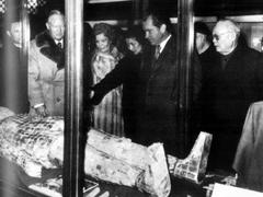 1958年2月,周恩来率领中国政府代表团访问朝鲜。这是周恩来在金日成首相陪同下,参观化肥厂。