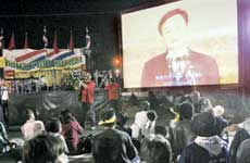 抗议者收看他信电视讲话