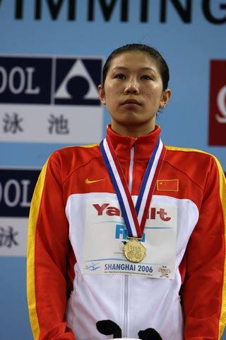 图文:短池世锦赛首日战况 齐晖站在领奖台上