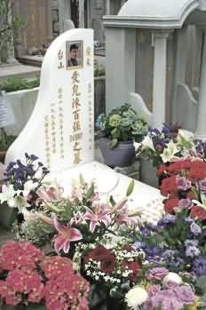 清明时节 歌迷拜祭已故艺人黄家驹陈百强(图)