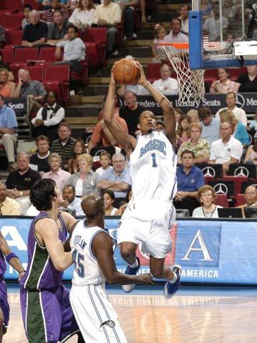 NBA图:魔术困住雄鹿 特雷沃-阿里扎快攻上篮