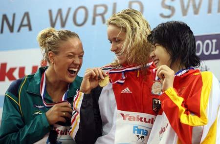 图文:短池游泳世锦赛摘铜 高畅在颁奖仪式上
