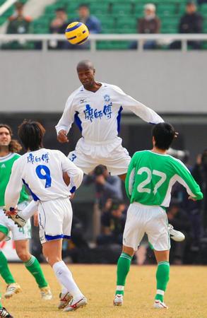 图文:北京1-1战平天津 奥里欧比赛中争顶