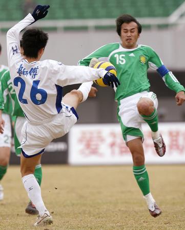 图文:北京1-1战平天津 陶伟与曹阳拼抢