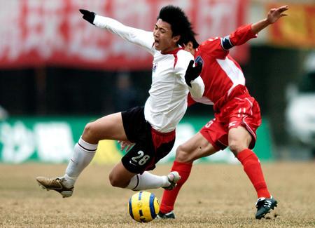 图文:辽宁0-0战平青岛 杨旭带球突破受阻
