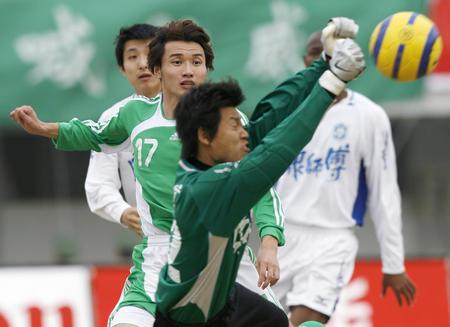 图文:北京1-1战平天津 天津守门员门前救险