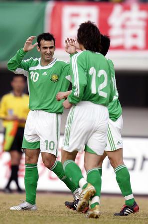 图文:北京1-1战平天津 科内塞与队友庆祝进球