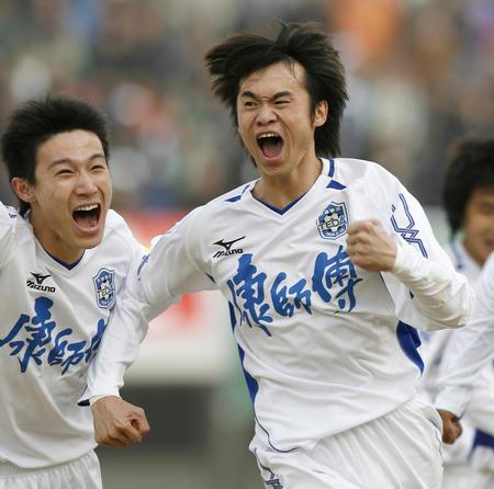 图文:北京1-1战平天津 吴伟安与队友庆祝进球
