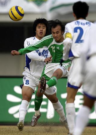 图文:北京1-1战平天津 陶伟与蒿俊闵争抢
