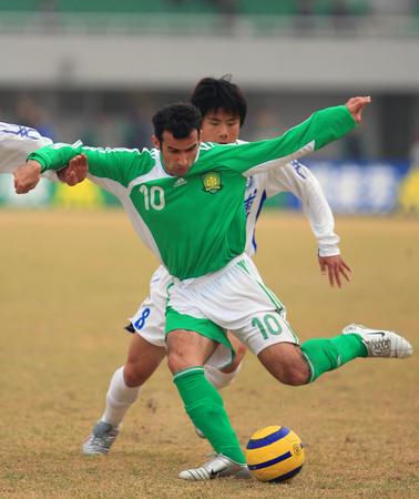 图文:北京1-1战平天津 科内塞比赛中拼抢