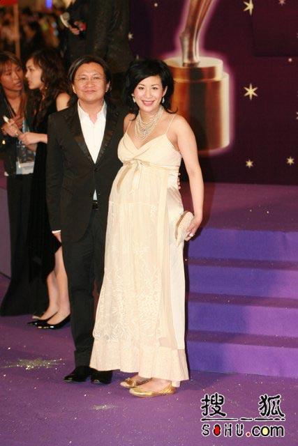第25届香港金像奖:吴君如老公红毯上左拥右抱