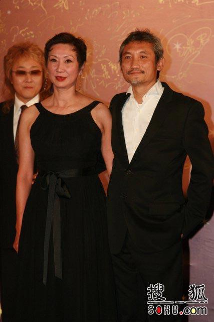 第25届香港金像奖:著名导演徐克紧拥爱妻