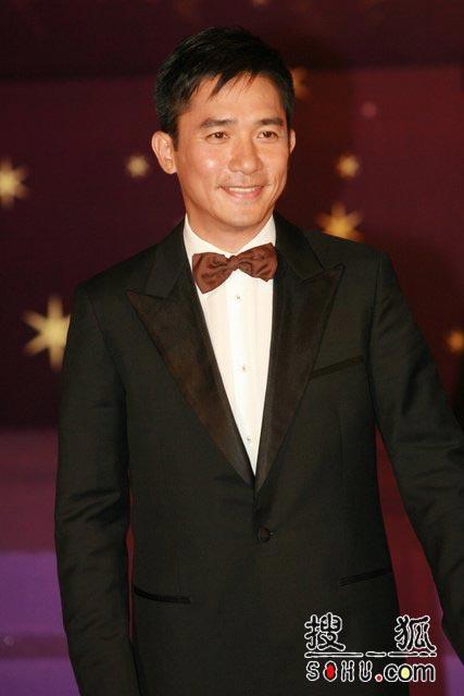 第25届香港金像奖:梁朝伟刘嘉玲牵手露甜蜜