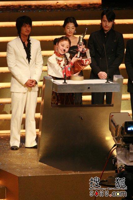 最佳亚洲电影《可可西里》上台领奖