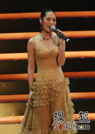 关淑怡上台演唱陈奕迅歌曲《明年今日》