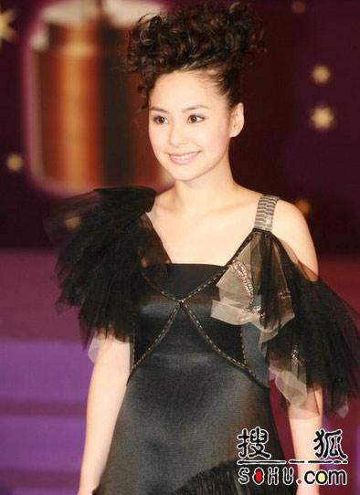 第25届香港金像奖:阿娇佩饰简洁略显成熟气质