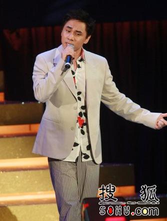 黄凯芹上台唱张国荣歌曲《追》