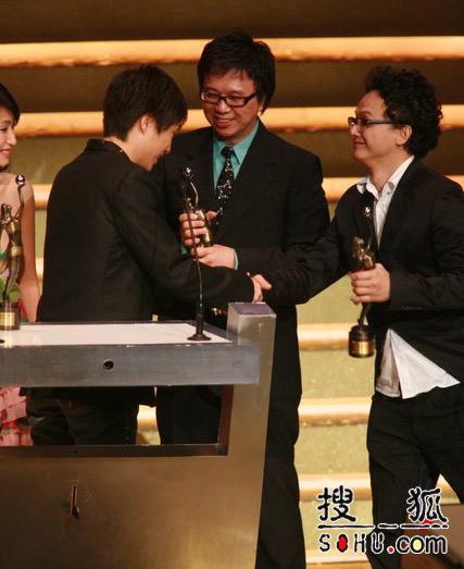 第25届香港金像奖:亲手接过沉甸甸的奖杯