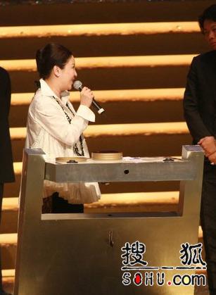 最佳电影《黑社会》向华强的太太上台领奖
