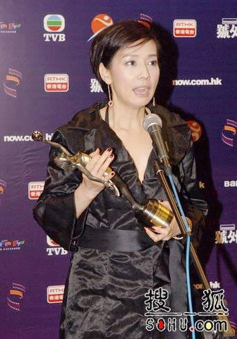 最佳女配角毛舜筠手捧奖杯接受媒体采访