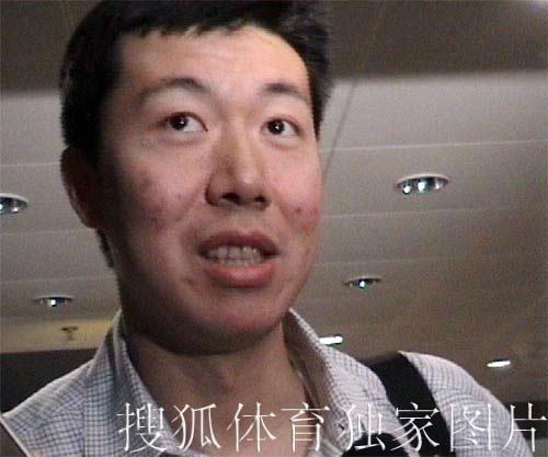 搜狐独家图片:大郅今天凌晨抵达北京 面带微笑