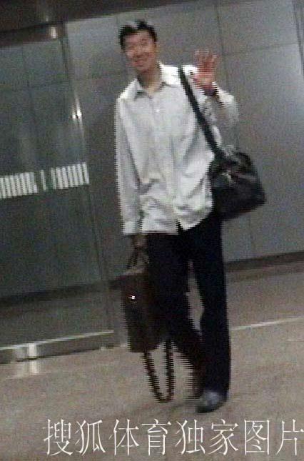搜狐独家图片:大郅今天凌晨抵达北京 出贵宾室