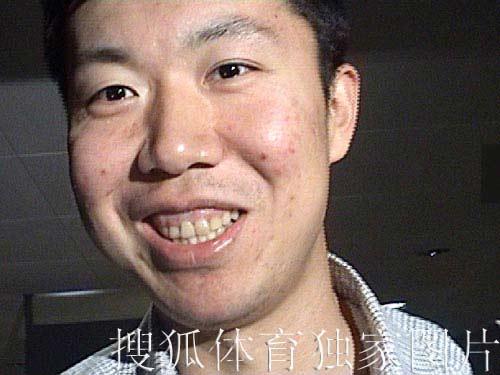 搜狐独家图片:大郅今天凌晨抵达北京 高高兴兴