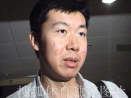 搜狐独家图片:大郅今天凌晨抵达北京 面容憔悴