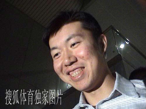 搜狐独家图片:大郅今天凌晨抵达北京 灿烂微笑