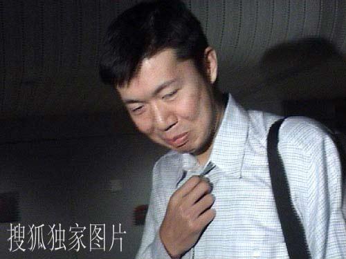 搜狐独家图片:大郅今天凌晨抵达北京 含情脉脉