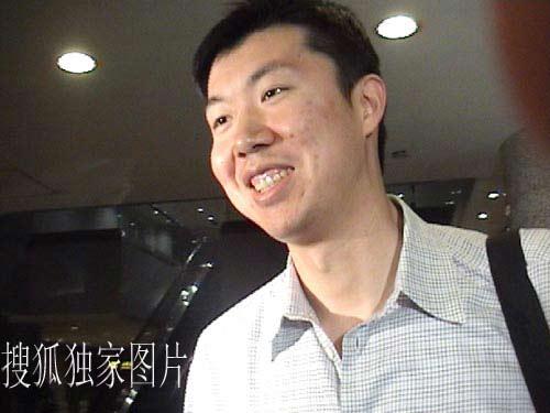 搜狐独家图片:大郅今天凌晨抵达北京 充满阳光