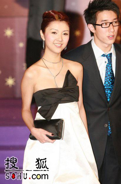 第25届香港金像奖:薛凯琪黑白短裙简洁明快
