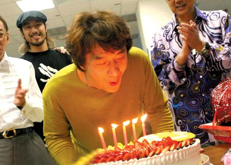成龙片场过52岁生日 百人高歌合唱生日歌庆祝