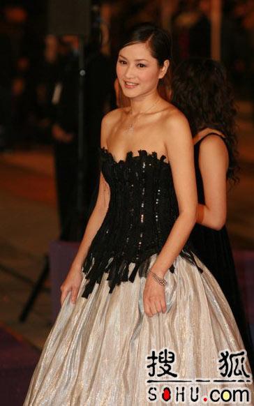 第25届香港金像:瞿颖黑色低胸衣配银色长裙