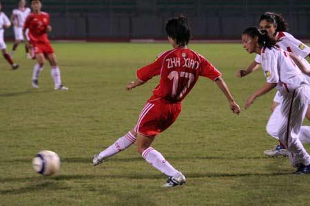 图文:亚青赛中国女足痛宰约旦 双方在比赛中