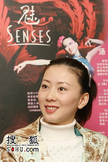 汤加丽主演歌舞剧《魅》演出 现场赠送写真集
