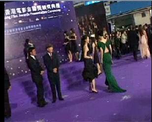 在金像奖晚会上张静出竟然故意踩范冰冰的裙子