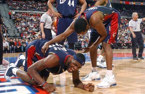 NBA图:骑士遭活塞围困 小皇帝詹姆斯受伤倒地