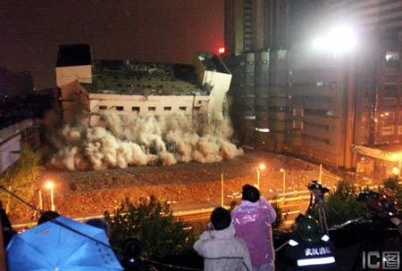 武汉成功爆破老武商9层大楼 100米内居民疏散