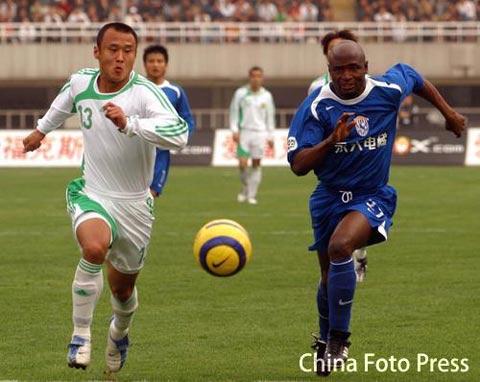 图文:西安国际0-2不敌北京国安 徐云龙比赛中