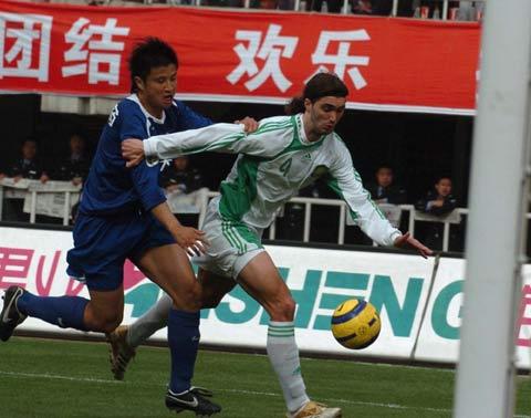 图文:中超-国际0比2不敌国安 外援穆萨带球